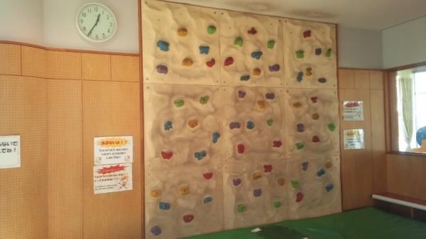 春日部の児童館エンゼルドームのプレイルームにあるクライミングウォール