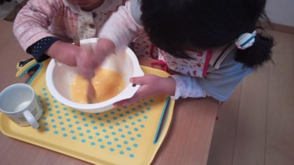一心不乱に材料を混ぜる2歳児と5歳児