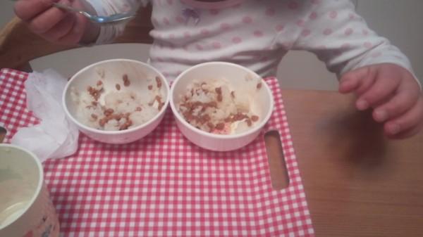 納豆の食べ比べをしている5歳児