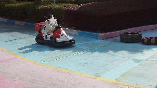 とちのきファミリーランドのバッテリーカーに乗る5歳児