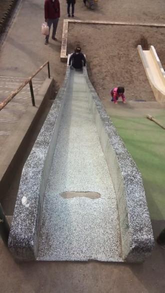上尾丸山公園の芝生広場にある滑り台を上から撮ったところ