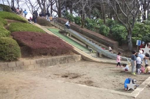 上尾丸山公園の芝生広場にあるロング滑り台