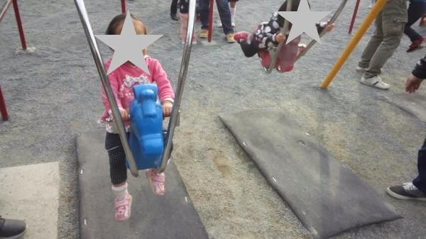 上尾丸山公園の児童遊園地にある馬型のブランコ