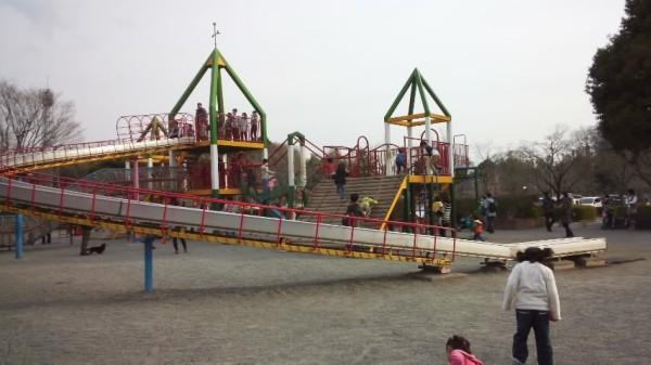 上尾丸山公園の児童遊園地にあるロング滑り台