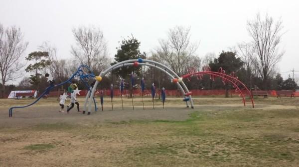 羽生水郷公園のわんぱく広場にある遊具「奇妙な生き物」