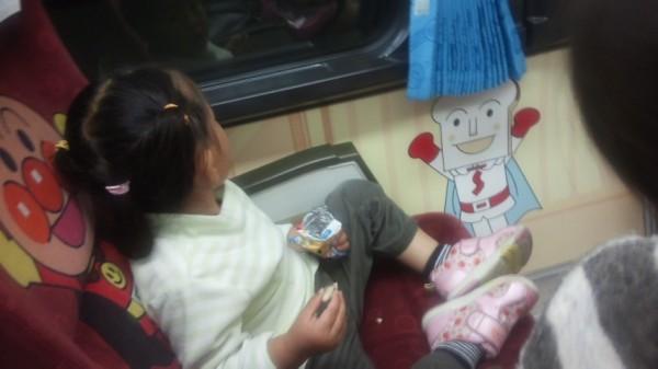 アンパンマンシートに座った2歳児