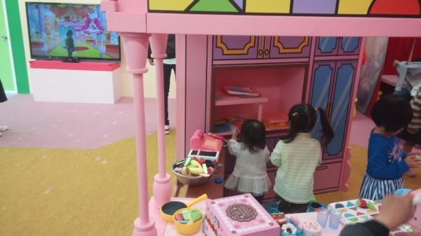 キラキラいっぱいパティスリーのダンシングの隣にあるままごと遊具