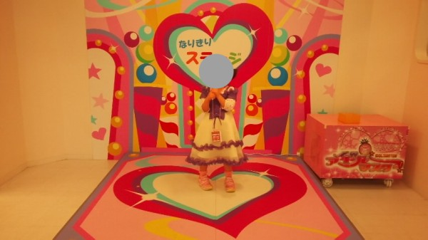 ニューレオマワールド内のごっこタウンにあるテレビスタジオで歌う5歳児
