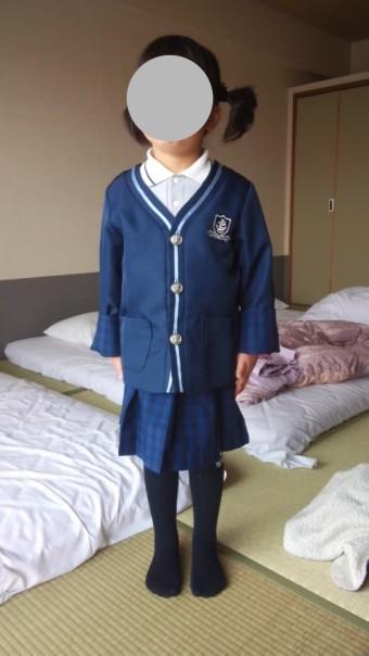 制服を着て法事に臨む5歳児