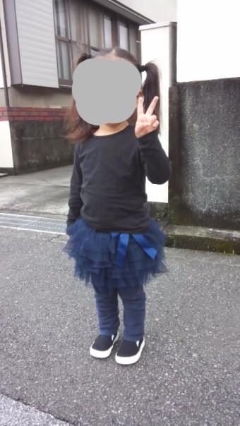 黒っぽい服に身を包み法事に臨む2歳児