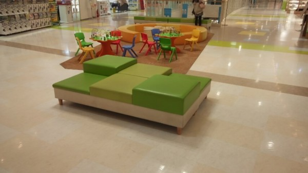 アリオ鷲宮2階ワンパクオウコク前の子供向け椅子とおもちゃ