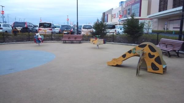 アリオ鷲宮のキッズパークの遊具の手前の広場