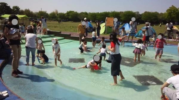 「アグリパークゆめすぎと」のじゃぶじゃぶ池でたくさんの人が遊んでいる様子