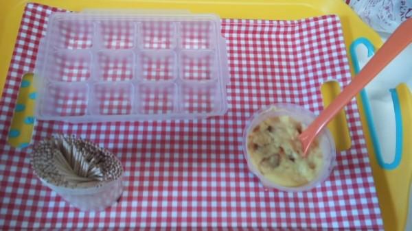 製氷皿とつまようじとスプーンとプリン