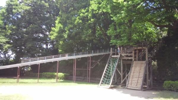 内牧公園のピクニック広場の奥にあるアスレチック遊具