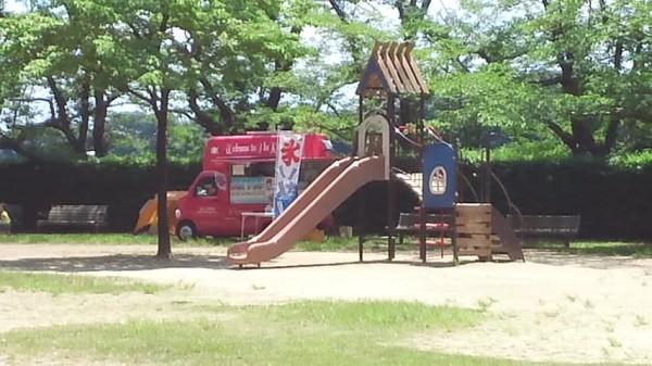 内牧公園のピクニック広場の遊具とかき氷の車