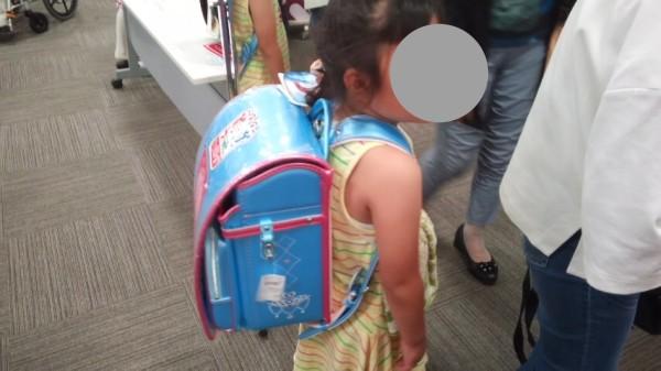 ランドセルを背負う5歳児