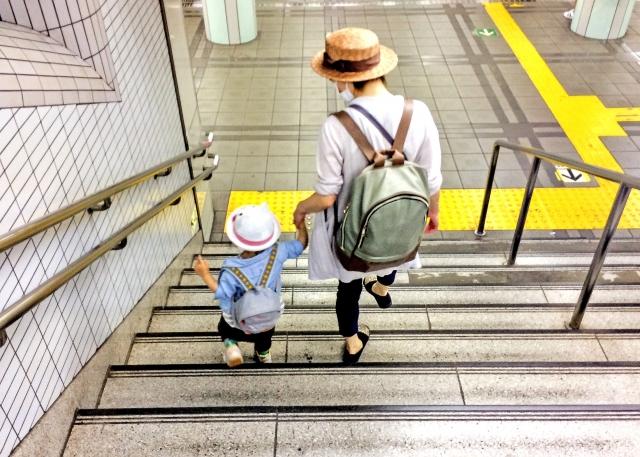 親子が階段を下りているところ