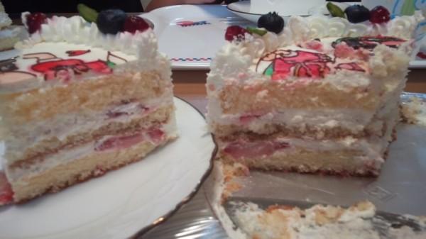 キャラクターケーキの断面図、いちごとクリームが3段重ねになっている