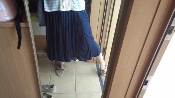 フレアスカーチョを着て足を少し広げたところ