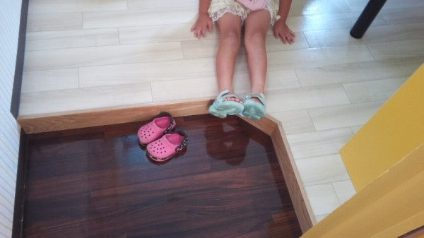 カラオケまねきねこキッズルームの靴を脱ぐスペース