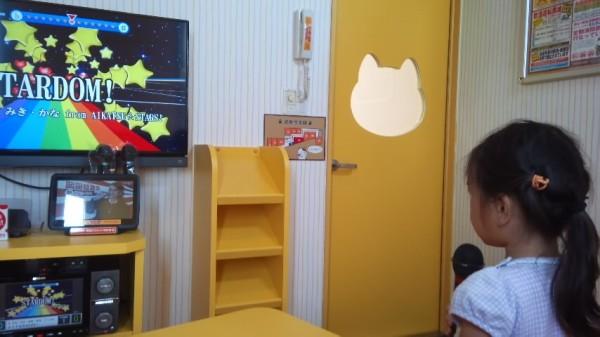 カラオケまねきねこのキッズルームの入り口のドアは可愛く猫の形の窓になっている