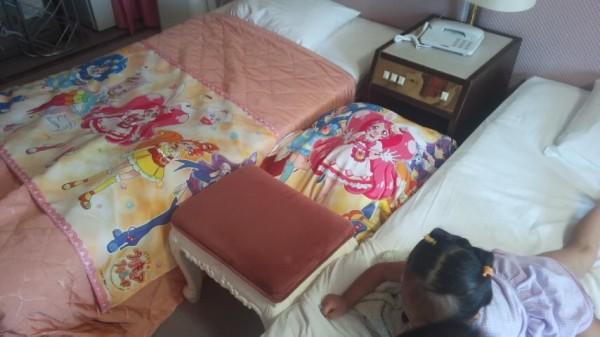 プリキュアルームのベッドの間にクッションを詰めた