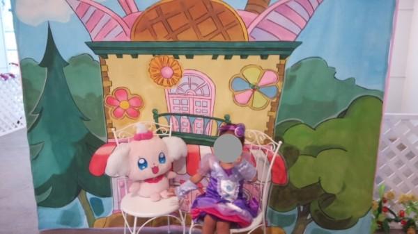 プリキュアわくわくランド内のぺコリンと写真を撮る3歳児