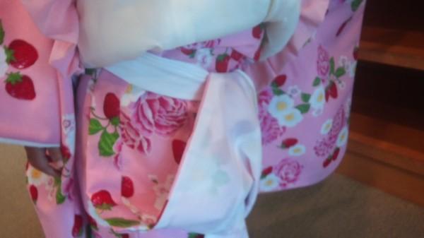 腰紐に着物の裾をひとつ入れる