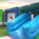 P&D佐野キッズパークは屋内なのにブランコに乗れる、広くて遊具もたくさんある遊び場です。