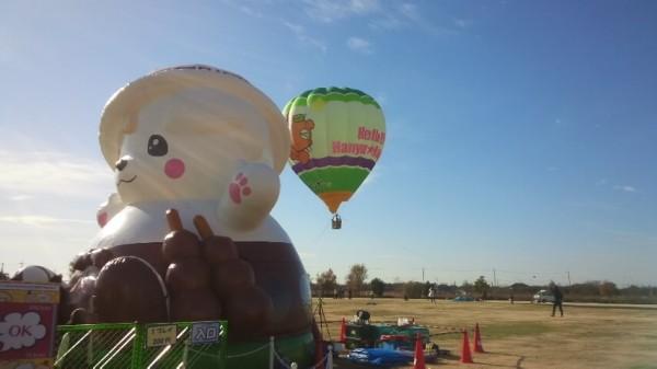 世界キャラクターさみっとin羽生のふわふわバルーンや熱気球