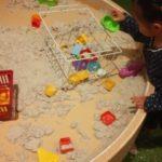 レイクタウンのあそびパークプラスのレポ。広い砂遊び場や乗り物など、屋内でもたっぷり遊べます。